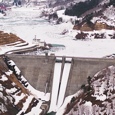 雪のダムを巡る 冬の観光コース