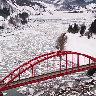 破間川ダムの雪流れ